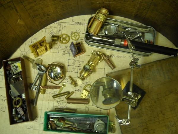 За основу снова был взят датчик индуктивности советского образца, также запчасти от часов, монеты и самодельная...