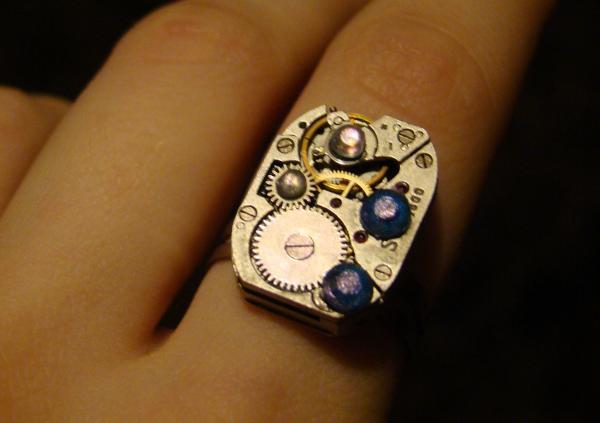Кольцо из погибших о кафель часов (Фото 2)